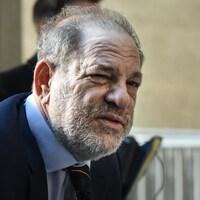 Plan rapproché de Weinstein, le dos voûté.
