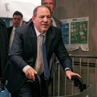 Harvey Weinstein se déplace avec l'aide d'une marchette.