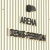 Sur un mur extérieur, on peut voir les mots Aréna Denis-Perron.