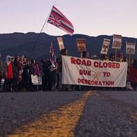 Des manifestants bloquent une route au pied de la plus haute montagne d'Hawaï, le Mauna Kea.