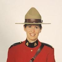 Heidi Stevenson en uniforme officiel de la GRC avec un chapeau Stenson.