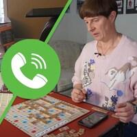 Deux personnes jouent au Scrabble.