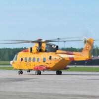 Un hélicoptère de couleur jaune de l'armée canadienne