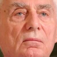 Gros plan du visage d'Helmut Oberlander.