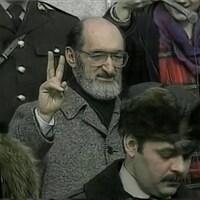 Le Dr Morgentaler, faisant un signe de paix à l'extérieur du bâtiment de la Cour suprême du Canada, à Ottawa