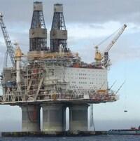 Une plateforme pétrolière en mer.