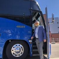 Blaine Higgs descend d'un autobus.