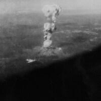 Nuage de poussière qui monte dans le ciel à la suite du bombardement d'Hiroshima