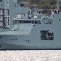 Un navire militaire amarré à un quai.