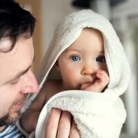 Un homme et son bébé.