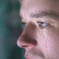 Un homme pleure.
