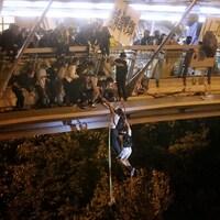 Deux tiennent une corde attachée à un pont