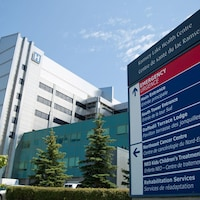 L'hôpital et l'affiche qui présente les différents services