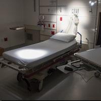 Un lit d'hôpital inoccupé dans la section des urgences.