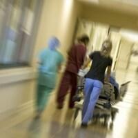 Des infirmières marchent dans un couloir d'hôpital.