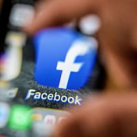 Le logo de l'application de Facebook pour mobile sur un téléphone.