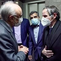 Le chef de l'Organisation iranienne de l'énergie atomique, Ali Akbar Salehi (à gauche) et le porte-parole de l'AEIO Behrouz Kamalvandi (à droite) rencontrant le directeur général de l'Agence internationale de l'énergie atomique (AIEA) Rafael Grossi (à droite) en visite dans la capitale Téhéran.