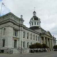 On voit la facade de l'hôtel de ville et la rue Ontario.