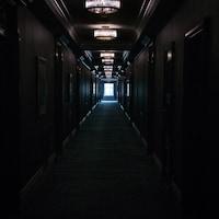 Un long corridor sombre au 6e étage de l'hôtel Fairmont Empress de Victoria.
