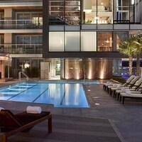 Des transats autour d'une piscine d'un hôtel de luxe.