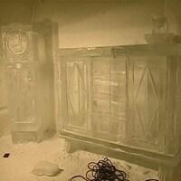 Sculptures de glace reproduisant une horloge grand-père et un bahut à pointe de diamant.