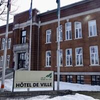 L'hôtel de ville de Rivière-du-Loup. Encore un peu de neige sur le terrain à quelques jours du printemps.
