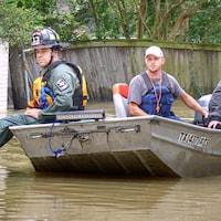 Les pompiers de Houston participent aux opérations de sauvetage pour s'assurer qu'il n'y a pas de risque d'incendie.