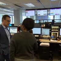 Maxime Bertrand avec Simon Bergevin dans la salle des ventes de l'électricité.
