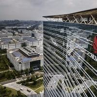 Vue aérienne du toit d'un bâtiment de son campus de production à Dongguan, en Chine.