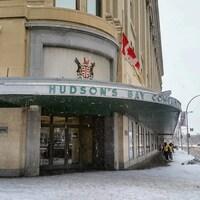 Façade du magasin Hudson's Bay Company en hiver.