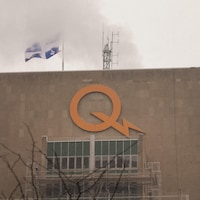 Le siège social d'Hydro-Québec à Montréal pendant la période hivernale.