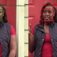 Deux images identiques, côte-à-côte, à l'exception du visage de la personne sur la photo. Les visages sont entourés d'un carré rouge et d'un carré vert.