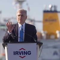 Le président d'Irving Oil prononce une allocution au grand air.
