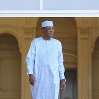 Le président du Tchad, en habit traditionnel, sort de son palais.
