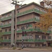 Vue de l'immeuble, à l'angle des rues Marie-Anne et De La Roche.