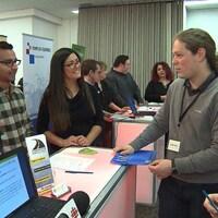 Un jeune immigrant rencontre des employeurs potentiels à Joliette.