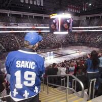 Un fan des Nordiques dans les estrades du Centre Vidéotron lors d'un hommage aux joueurs, le 12 septembre 2015.