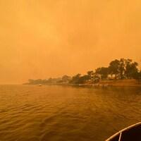 La fumée des feux de brousse sauvages se propage dans le ciel à Mallacoota.