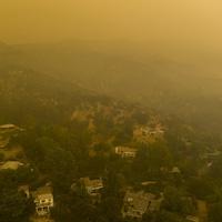 Une vue aérienne d'un quartier résidentiel où flotte de la fumée.
