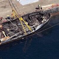 Un bateau, qui a littéralement brûlé, est sorti de l'eau.