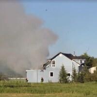 De la fumée était visible à partir de la route.