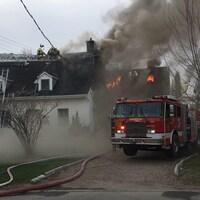 Deux résidences ont été ravagées par les flammes, lundi soir, à L'Ancienne-Lorette.