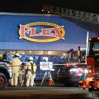 Intervention des pompiers de Montréal sur les lieux d'un incendie.
