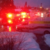 Des camions de pompiers et d'ambulanciers paramédicaux à Ottawa.