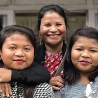 Plesmili (au centre) pose avec ses soeurs et ses nièces devant son magasin de vêtements de Shillong, dans la région indienne du Meghalaya. Elle ne fait pas confiance aux hommes pour travailler.