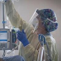 Une infirmière travaille aux soins intensifs dans un hôpital.