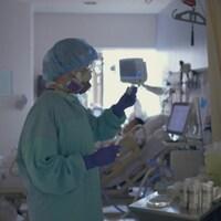 Une infirmière portant un équipement protecteur.