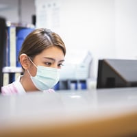 Une infirmière travaillant devant un ordinateur.