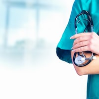 Une infirmière tenant un stéthoscope