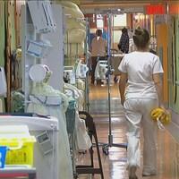 Une infirmière dans un couloir d'hôpital